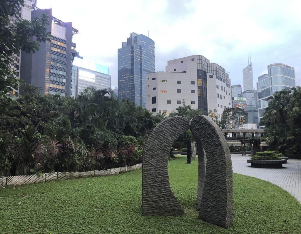 Overseas investors bide their time image